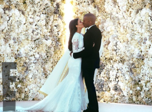 Despite your feelings about this couple, what a gorgeous ceremony backdrop! Installation of white gardenias, white peonies and white roses. Floral backdrops are becoming more popular!